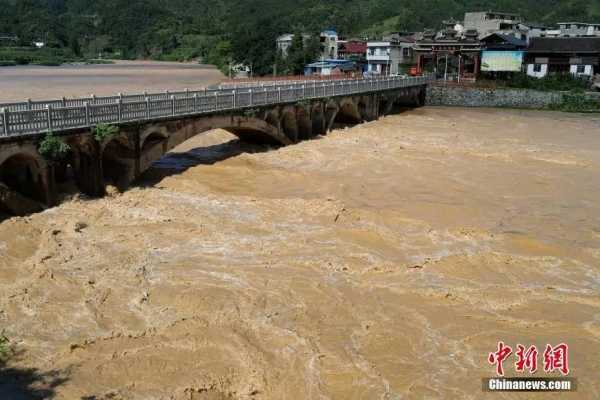 1日,贵州省榕江县都柳江支流平永河料里水寨河段迎来洪峰.