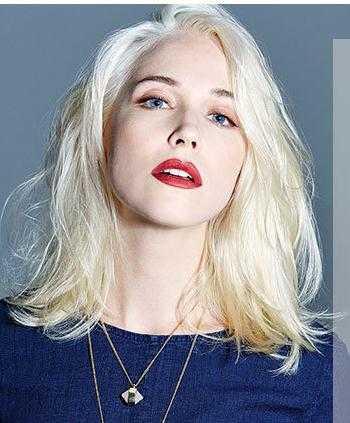 头发长至颌骨并内扣,一边刘海微遮眼尾,更显时尚摩登的都市女子气质图片