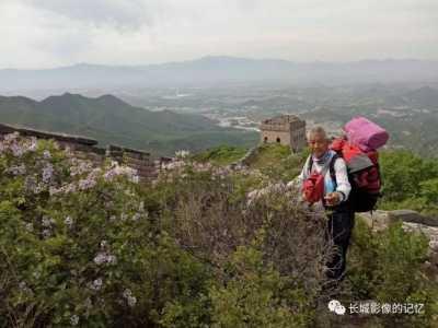 年过花甲 刘志明只身徒步万里长城