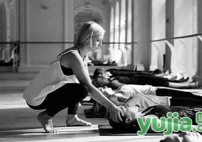 瑜珈休息放松术引导词 瑜伽休息术=躺下或者睡觉