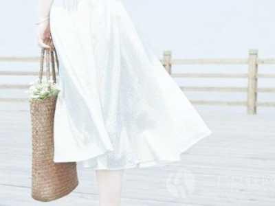 长裙怎么搭配 搭配白色长裙的方法