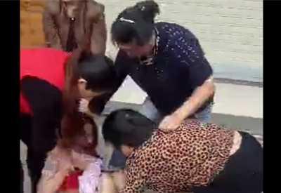 孕妇暴打女生 孕妇街头被暴打踩肚子